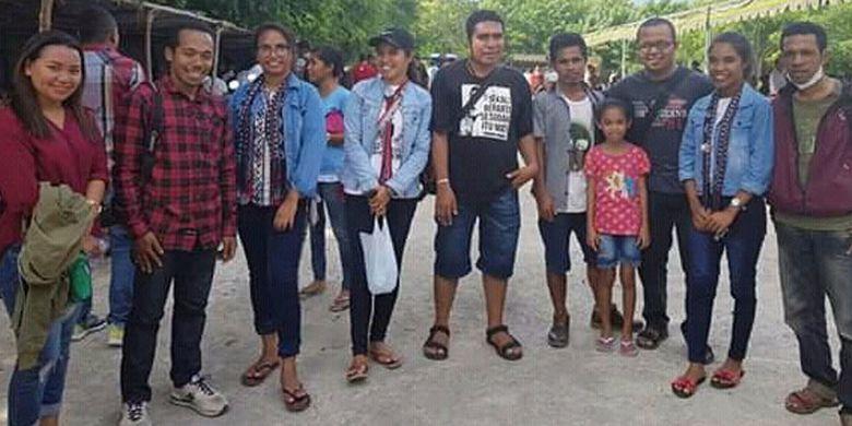 Pengunjung Pantai Oa, Kecamatan Wulanggitang, Kabupaten Flores Timur, Nusa Tenggara Timur (NTT). Dari kota Larantuka, jaraknya sekitar 50 kilometer.