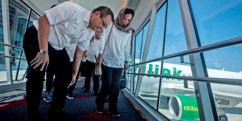 Menteri BUMN Rini Soemarno (kanan) didampingi Dirut AP I Faik Fahmi (kiri) melihat kondisi garbarata saat meninjau bandara Yogyakarta International Airport (YIA), Kulonprogo, DI Yogyakarta, Selasa (7/5/2019). Kunjungan Menteri BUMN tersebut guna melihat secara langsung kondisi terkini bandara YIA pasca beroperasi pada 6 Mei 2019.