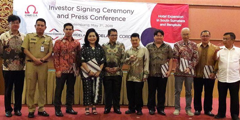 Penandatanganan kontrak kerja sama antara pihak Omega Hotel Management, operator Cordela Hotel dan para investor di Palembang, Senin (7/5/2018). Sebanyak 4 hotel akan segera beroperasi di Sumsel, 2 hotel di Palembang, 1 hotel di Sekayu, 1 hotel di Lubuklinggau dan 1 hotel di Bengkulu.