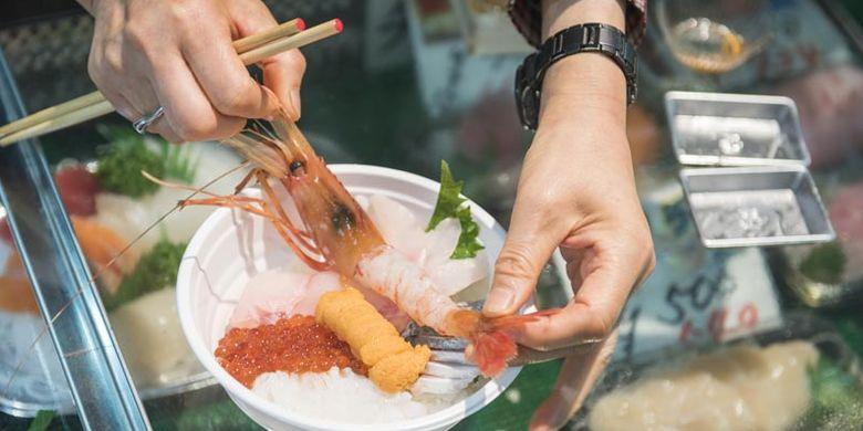 Anda bisa memilih udang botan, ikura, kepala gurita, uni, menuki (ayudai), hakkaku, dan iwashi untuk kaisen-don. Kaisen-don adalah nasi dengan tambahan sashimi segar sebagai topping. Kaisen-don dijual di Pasar Washo yang terletak di Kota Kushiro, Hokkaido bagian timur, Jepang.