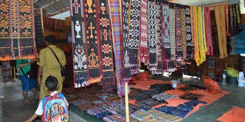 Penjual kain tenun asal Kecamatan Mapitara di Pasar Alok, Maumere, Kabupaten Sikka, Nusa Tenggara Timur, Selasa (9/4/2019).
