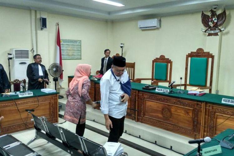 Ridwan Mukti dan istri memasuki ruangan sidang di Pengadilan Tipikor, Bengkulu.