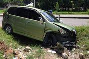 Hindari Mobil yang Akan Putar Arah, Avanza Tabrak Pembatas Jalan