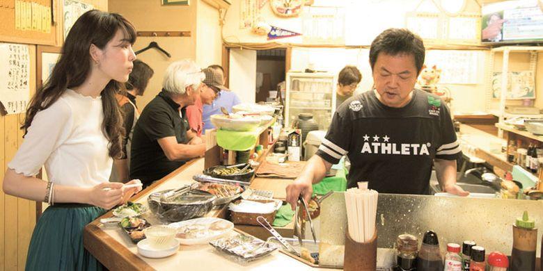 Tempat minum di Kota Akashi, Prefektur Hyogo, Jepang ini sering dikunjungi mulai dari nelayan, pegawai kantoran, hingga warga sekitar.