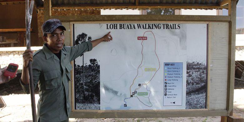 Ranger atau polisi hutan di TN Komodo memberikan penjelasan kepada wisatawan yang tiba di Pulau Rinca, Kabupaten Manggarai Barat, Nusa Tenggara Timur, Sabtu (10/5/2014).