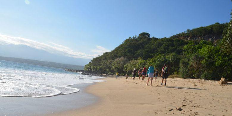 Pantai Pasir Putih Liang Mbala di Kelurahan Kota Ndora, Kecamatan Borong, Kabupaten Manggarai Timur, Flores, NTT masih sangat tersembunyi. Turis asal Belgia berwisata ke pantai tersebut, Minggu (13/8/2017).