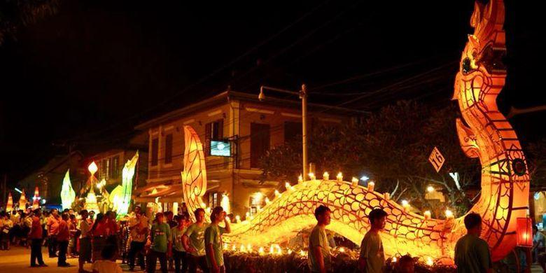 Parade perahu lampu di Luang Prabang, Laos.