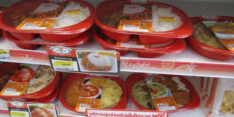 Makanan yang dijual di Thepprasit Night Market, Pattaya. Ada banyak pilihan makanan khas Thailand dari sushi hinggga mango sticky rice dan smoothie segar.
