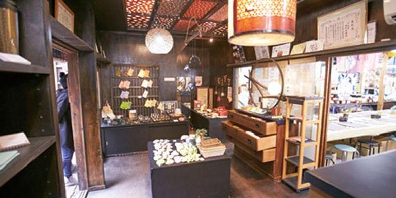 Toko di Kyoto, Jepang, ini menjual pernak-pernik khas Jepang nan elegan yang diwarnai dengan metode Kyo-Yuzen.