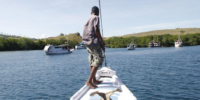 Kapal yang digunakan wisatawan memasuki perairan Pulau Rinca, Taman Nasional Komodo, Kabupaten Manggarai Barat, Nusa Tenggara Timur, Sabtu (10/5/2014).