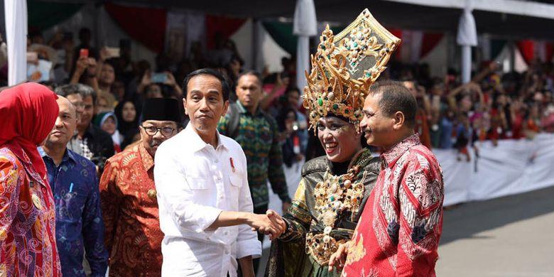 Presiden Joko Widodo dan Menteri Pariwisata Arief Yahya menyaksikan kemeriahan Jember Fashion Carnaval 2017 bertema Victory yang berlangsung di Alun-alun Kabupaten Jember, Jawa Timur, Minggu (13/8/2017).