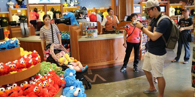 Toko suvenir di Universal Studios Singapore, Rabu (8/2/2017). Tempat wisata yang berada di Pulau Sentosa ini bisa dibilang wajib dikunjungi wisatawan saat melancong ke Singapura termasuk wisatawan Indonesia.