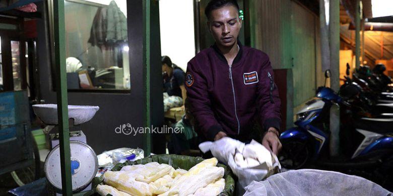 Penjual peuyeum di Bandung, Jawa Barat.