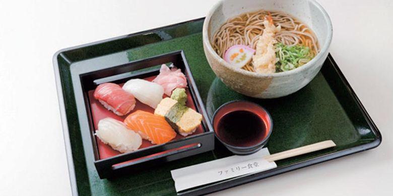 Set menu Takao di Food court di Daimaru, Kyoto, Jepang yang terdiri dari mi soba, tempura udang, dan lima jenis sushi yang salah satunya menggunakan ikan maguro.