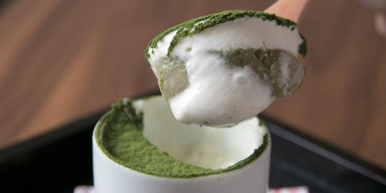 Tiramisu dimasukkan ke dalam ochoko (gelas kecil yang biasa dipakai untuk minum sake) yang hanya dijual di Otyobo by Engawa Café, Kyoto, Jepang.