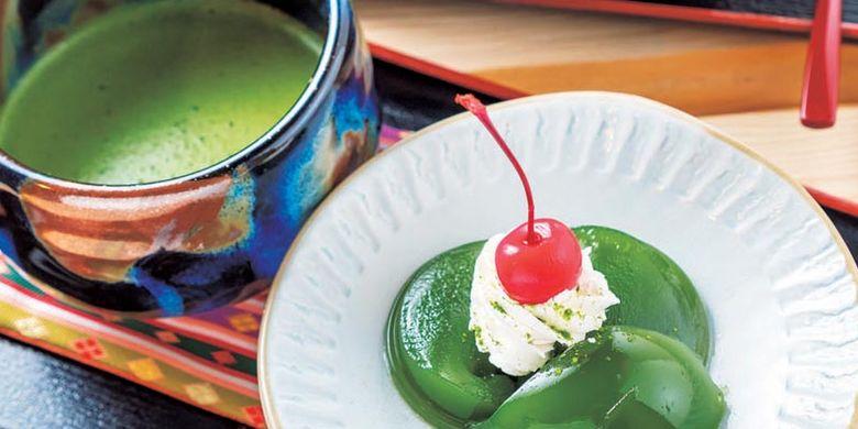 Set Warabi-mochi (mochi yang dibuat dari tepung warabi) matcha dan minuman teh hijau dijual dengan harga 972 Yen.