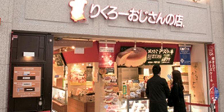 Di bagian atas toko cheesecake di Osaka, Jepang ini terdapat lambang Rikuro Ojisan yang merupakan ilustrasi karakter sang pemilik, Nishimura Rikuro.
