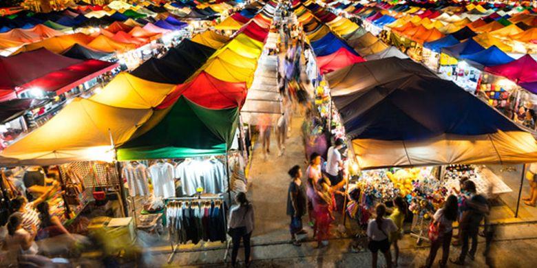 Thepprasit Night Market di Pattaya, Thailand. Ada banyak pilihan makanan dari sushi hingga makanan khas Thailand seperti mango sticky rice dan smoothie segar.