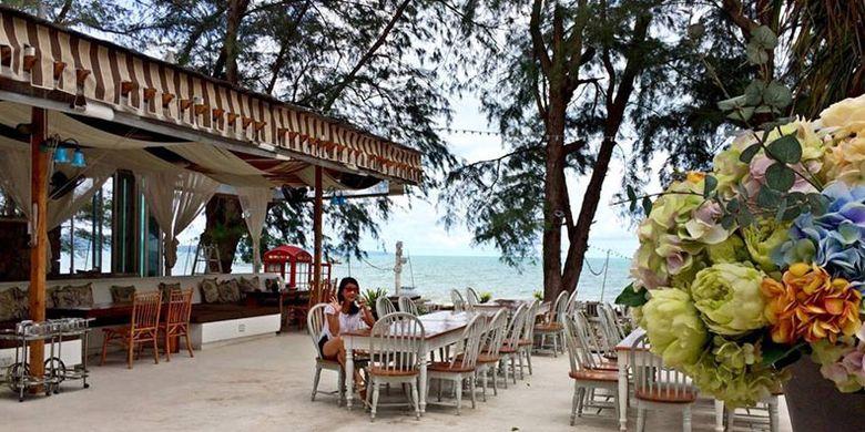 Glass House Beachfront Restaurant & Bar yang berada di pinggir pantai Na-Jomtien, Pattaya, Thailand.