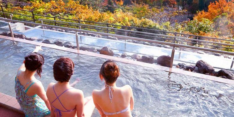 Tenbo Roten-buro merupakan pemandian air panas terbuka di Jepang di mana wisatawan dapat menikmati pemandangan alam sambil masuk ke onsen.
