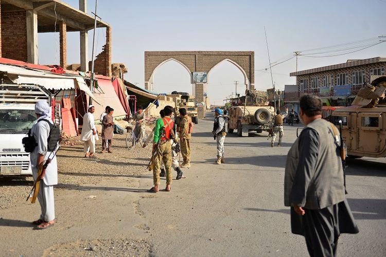 Dalam foto yang diambil pada 12 Agustus 2018 ini terlihat pasukan Afghanistan dan milisi bersenjata berada di sepanjang jalan dekat kota Ghazni.