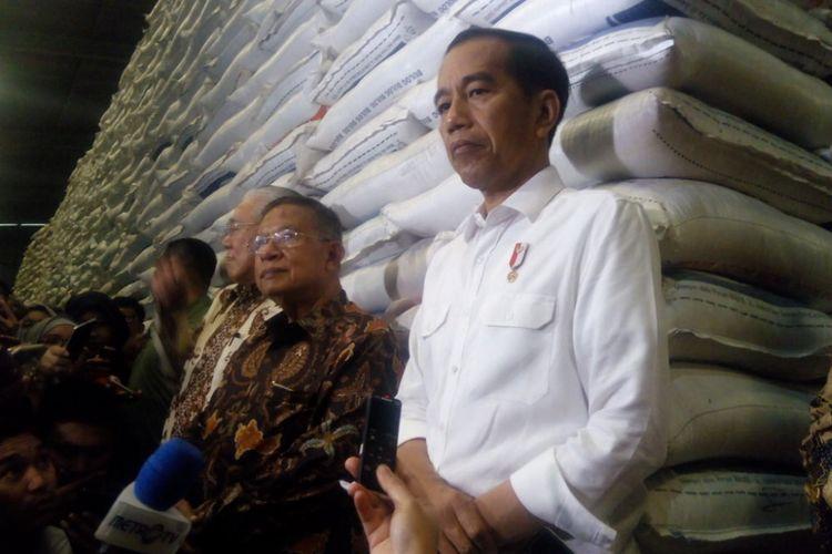 Presiden Joko Widodo (Jokowi) mengunjungi Gudang Perusahaan Umum (Perum) Badan Urusan Logistik atauBulogDivisi Regional DKI Jakarta dan Banten di Kelapa Gading, Jakarta Utara, Kamis (10/1/2019).