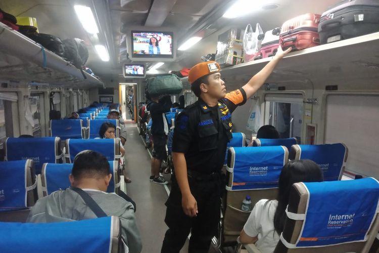 Seorang petugas memeriksa barang bawaan penumpang di dalam Kereta Api Jayakarta relasi Surabaya Gubeng-Pasarsenen (Jakarta) di Stasiun Gubeng Surabaya, Selasa (16/4/2019).