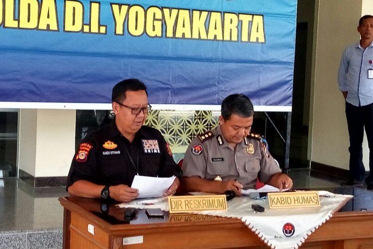 Kabid Humas Polda DIY AKBP Yuliyanto dan Direktur Ditreskrimum Polda DIY Kombes Pol Hadi Utomo saat jumpa pers terkait penetapan 12 tersangka aksi demo buruh yang berakhir ricuh di Yogyakarta, Kamis (3/5/2018).