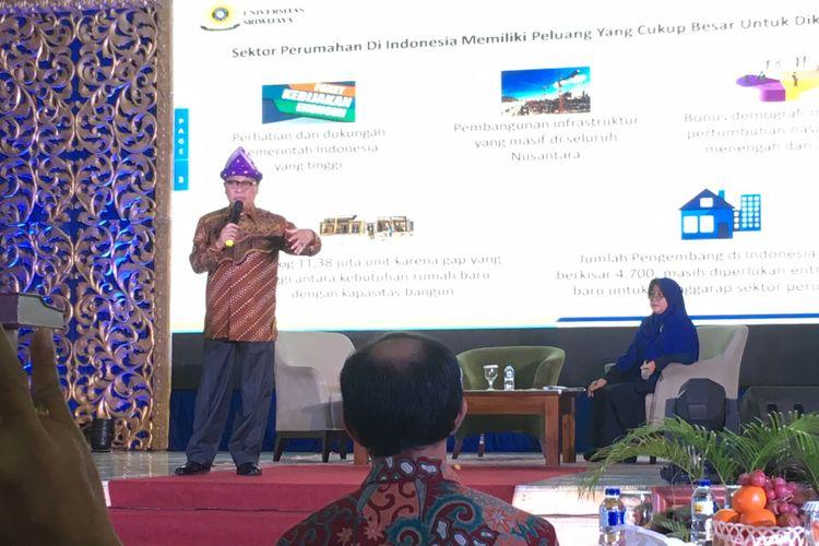 Direktur Utama PT Bank Tabungan Negara (Persero) Tbk, Maryono (berdiri di panggung), memberikan materi dalam pelatihan literasi properti di Universitas Sriwijaya, Palembang, Sumatera Selatan, Senin (30/10/2017)
