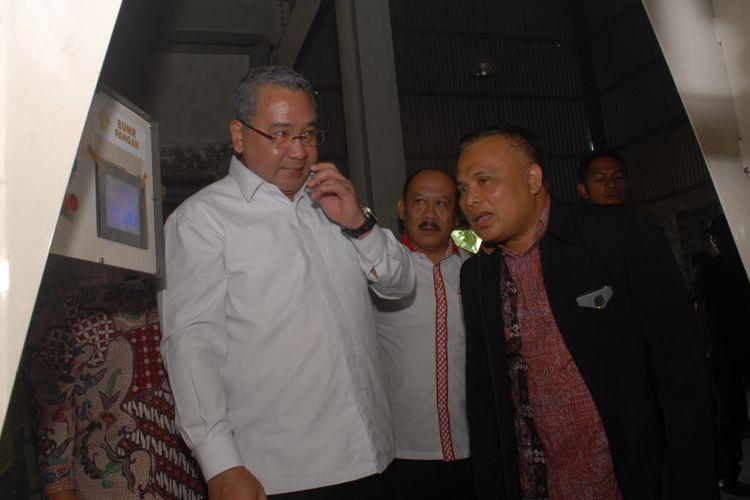 Menteri Desa PDTT, Eko Putro Sandjojo (kiri) sedang mendapatkan penjelasan dari Luwarso mengenai proses penggilangan padi modern di Sukabumi, Jawa Barat, Minggu (10/9/2017).