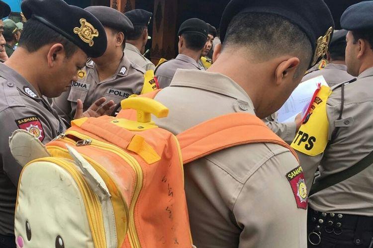 Brigadir Dharma Budi Kusuma yang memakai tas anaknya saat apel pengamanan Pilkada 2018 di Kecamatan Pakis, Kabupaten Malang, Selasa (26/6/2018)