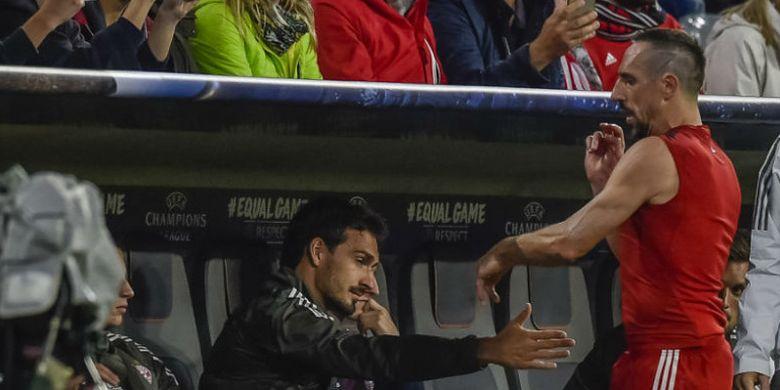 Pemain FC Bayern Muenchen, Franck Ribery (kanan), melemparkan kausnya ke arah bangku cadangan pada laga Liga Champions versus Anderlecht di Stadion Fussball Arena, Muenchen, Jerman, Rabu (13/9/2017) WIB.