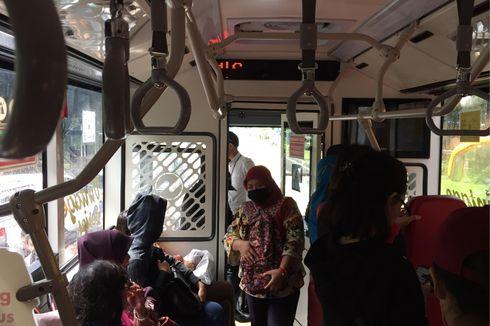 Jalur Transjakarta Depan BI Ditutup, Penumpang Naik-Turun dari Jalan