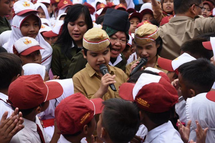 Wali Kota Surabaya Tri Rismaharini bersama puluhan anak-anak usai memimpin upacara Peringatan Hari Pahlawan di Taman Surya Balai Kota Surabaya, Sabtu (10/11/2018).