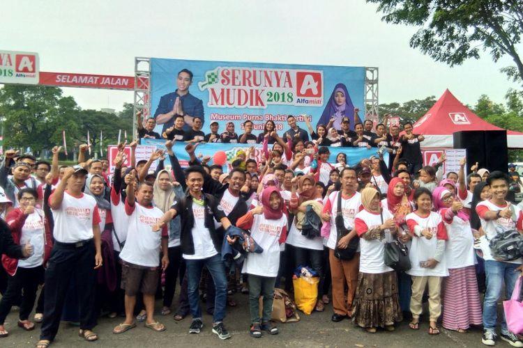 Sebanyak 1.500 pelanggan Alfamidi bersiap berangkat dari Museum Purna Bakti Pertiwi menuju sejumlah kota di Pulau Jawa pada Selasa (12/6/2018) dalam program Serunya Mudik Alfamidi 2018.