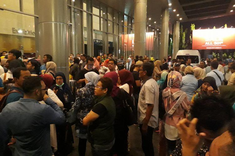 Calon penonton konser Dewa 19 berkerumum di depan gedung Grand City Surabaya, Minggu (10/3/2019) malam