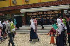 Warga Terjatuh Saat Berebut Nomor Antrean PPDB di Bogor