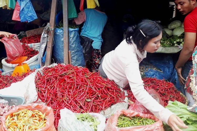 Di pasar tradisional Simpanglimun, harga cabai merah seharga Rp 64.000 per kilogram dari sebelumnya Rp 80.000 per kilogram, Senin (10/6/2019)