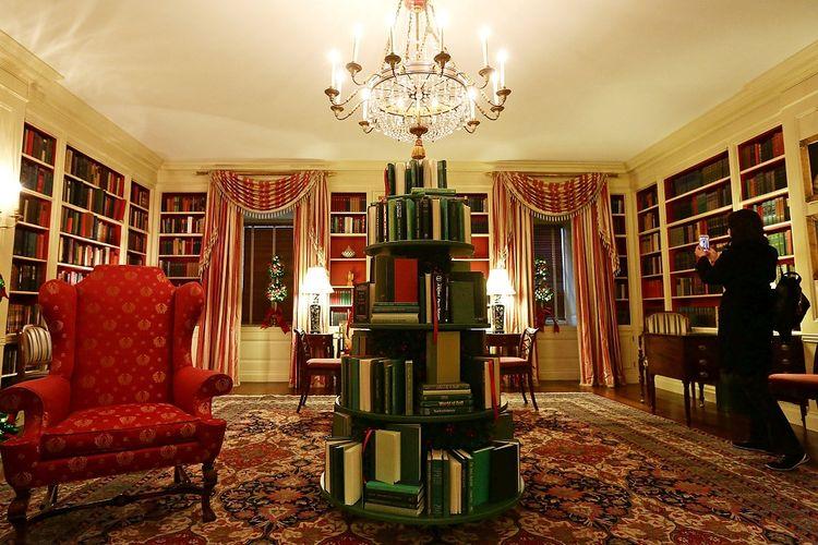 Perpustakaan di Gedung Putih selama sebuah pratinjau pers dari dekorasi liburan 2017 pada 27 November 2017 di Washington, DC.