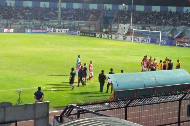 Stefano Teco Cugurra dan official Bali United sempat terlibat ketegangan dengan wasit, saat laga kontra Persela Lamongan di Stadion Surajaya, Senin (18/2/2019) malam.