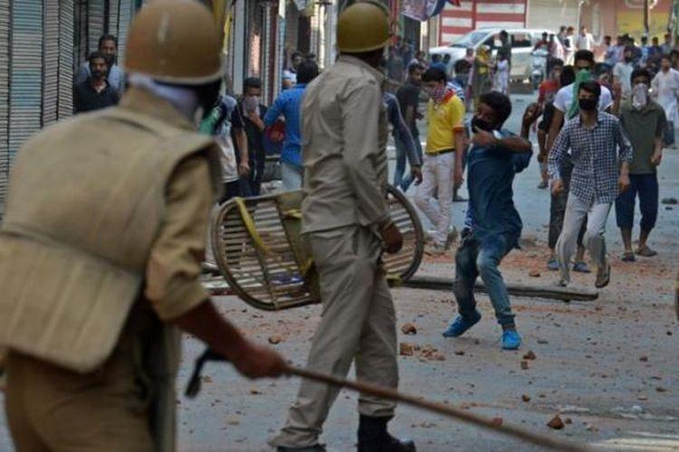 Polisi India bentrok dengan para demonstran yang marah di Srinagar, ibu kota Negara Bagian Kashmir, Senin (11/7/2016).