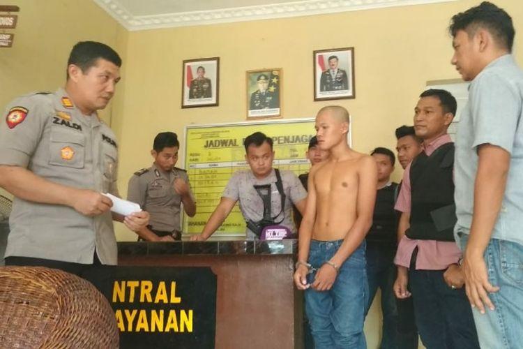 Pelaku penganiayaan terhadap anggota polri Ruwa bin Romli digelandang ke Mapolsek Pemulutan usai ditangkap personel Tim Crocodile Polsek Pemulutan