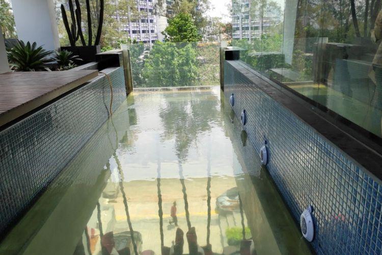 Kolam renang transparan menggantung di Posto Dormire Hotel.