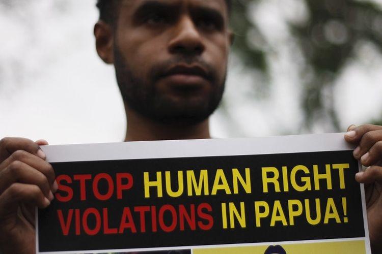 Sejumlah mahasiswa asal Papua yang menamakan diri Nasional Papua Solidaritas menggelar aksi masalah pelanggaran hak asasi manusia di depan Gedung Sate, Bandung, Jawa Barat, Selasa (5/6/2012). Mereka menuntut pemerintah mengusut sejumlah perlakuan tindak kekerasan dan pelanggaran HAM yang mengorbankan warga sipil di Papua serta meminta keadilan bagi tanah Papua.