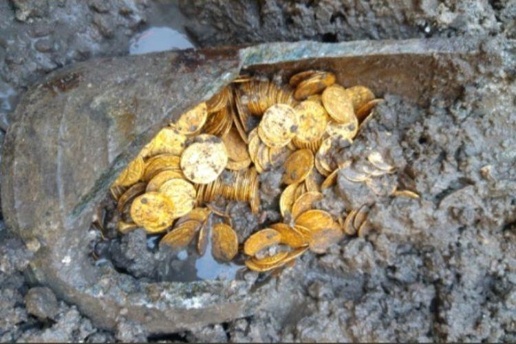 Koin emas Romawi dari abad ke-5 ditemukan di Cressoni Theater di Como, Italia, saat bangunan tersebut sedang dihancurkan. (Twitter/MiBAC)