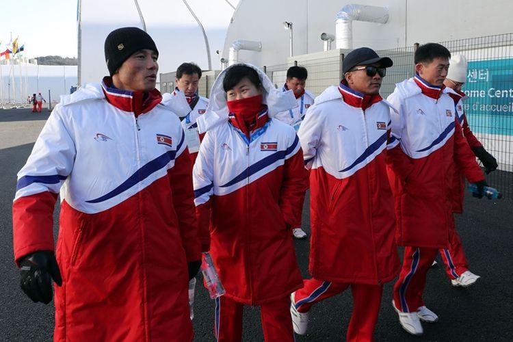 Atlet Korea Utara berjalan menuju lokasi latihan di Pyeongchang, Korea Selatan, Senin (5/2/2018).