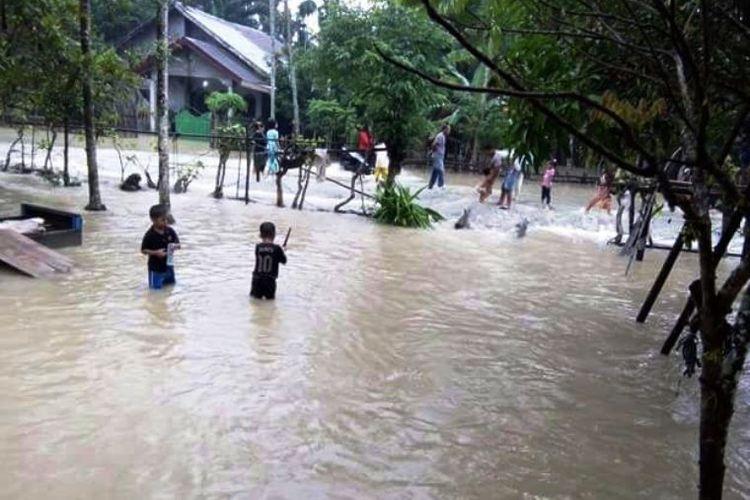 Warga di lokasi banjir Desa Hagu, Kecamatan Matangkuli, Kabupaten Aceh Utara, Rabu (3/1/2018).