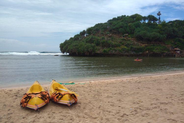 Pengunjung Pantai Drini, Gunungkidul, DI Yogyakarta, bermain kano, Jumat (8/2/2019).