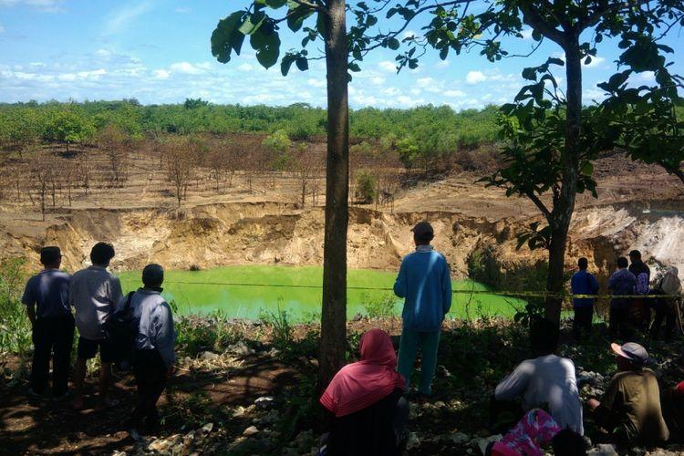 Lokasi danau dadakan di Serpeng Wetan, Desa Pacarejo, Kecamatan Semanu, Gunungkidul, dikunjungi wisatawan.