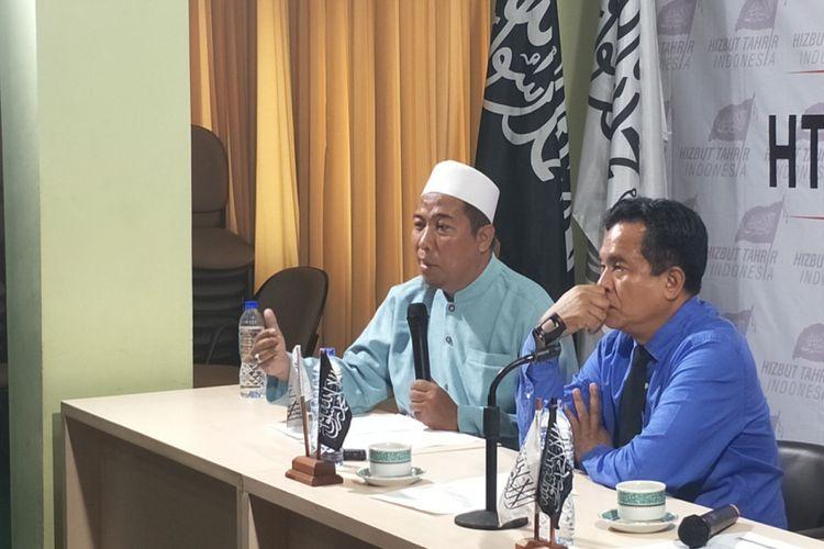 Ketua DPP Hizbut Tahrir Indonesia Rokhmat S Labib (kiri) saat menggelar konferensi pers di kantor HTI, Crowne Palace, Jakarta Selatan, Selasa (8/5/2018).